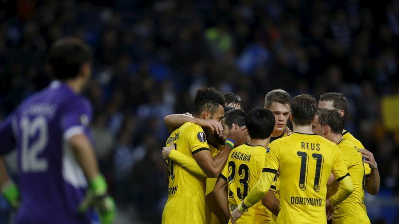 Europa League: Portos Torwart Iker Casillas (l.) sieht der Mannschaft von Borussia Dortmund beim Jubeln zu.