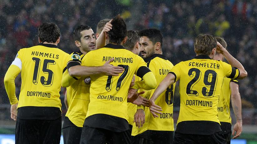 DFB-Pokal: Spieler von Borussia Dortmund feiern das Führungstor von Marco Reuss