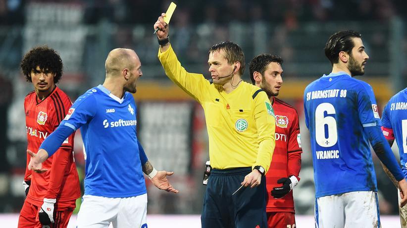 Bundesliga-Rückschau: Schiedsrichter Dr. Jochen Drees zeigt Konstantin Rausch von SV Darmstadt 98 die Karte.