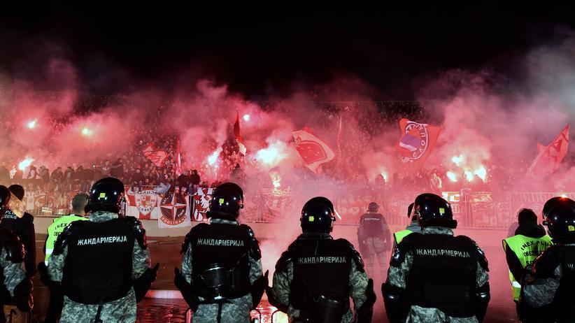 Polizisten und Roter-Stern-Fans beim Derby