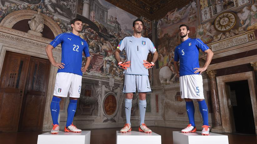 Deutschland gegen Italien: Es bleibt der Stil. Manolo Gabbiadini, Gianluigi Buffon und Davide Astori bei der Präsentation des neuen Italien-Trikots im November.