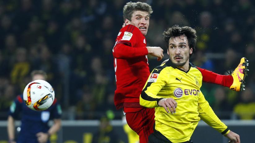 Borussia Dortmund: Wer jagt hier wem den Ball ab? Bayerns Thomas Müller und Borussias Mats Hummels
