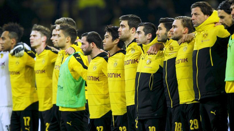 Dortmund: Die Mannschaft von Borussia Dortmund gedenkt des Fans, der während des Spiels gegen Mainz zu Tode kam.