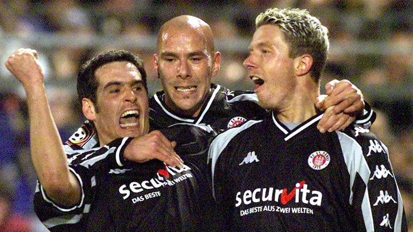 Nico Patschinski: Nico Patschinski (r) mit bejubelt seinen Mitspielern Thomas Meggle (l) und Marcel Rath (M) das 1:0 des FC St.Pauli gegen Bayern München. Das Spiel endete 2:1. (Archiv, 6.2. 2002)