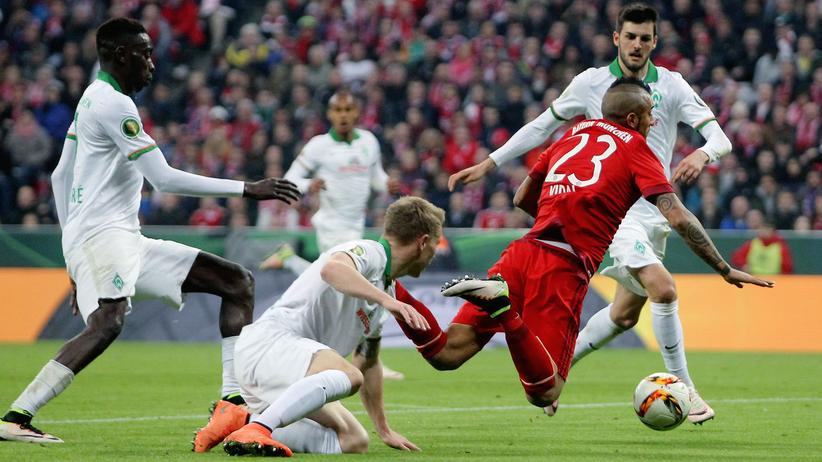 Münchens Arturo Vidal hebt ab.