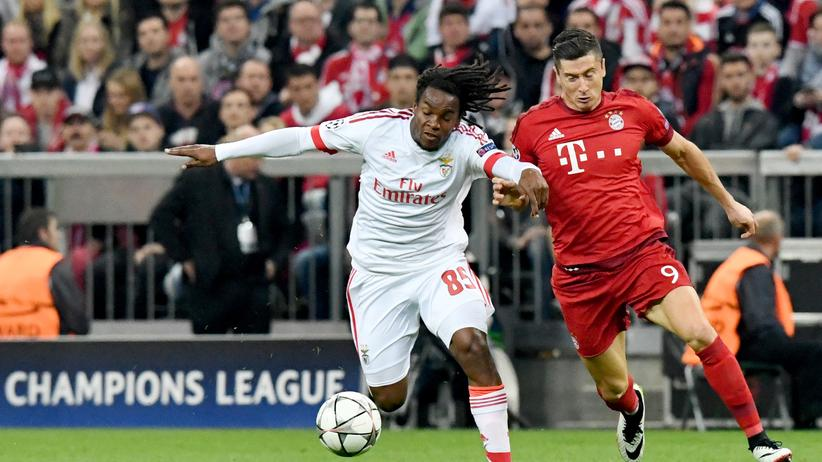 Champions League: Bayerns Robert Lewandowski (r.) im Zweikampf mit Benficas Renato Sanches