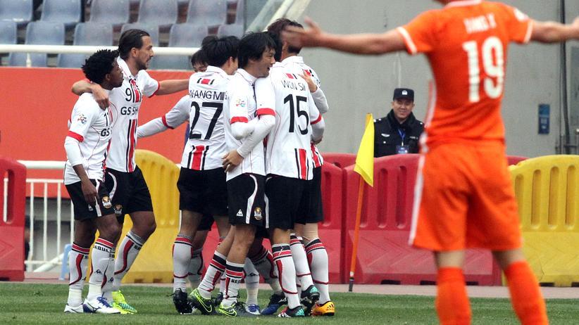 Spieler des FC Seoul freuen sich über ein Tor in Asiens Champions League gegen Chinas Shandong Luneng FC
