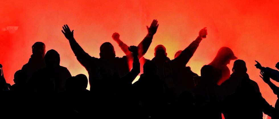 fussball-fans-ultras-symbolbild