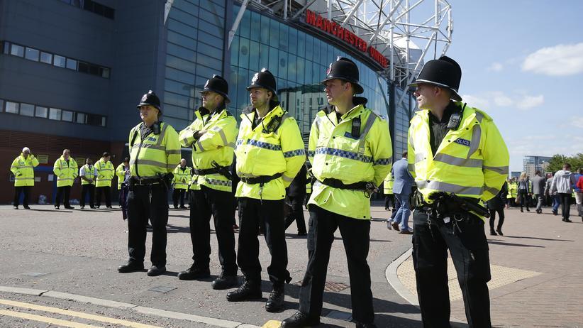 Polizisten sichern nach der Evakuierung das Old-Trafford-Stadion.