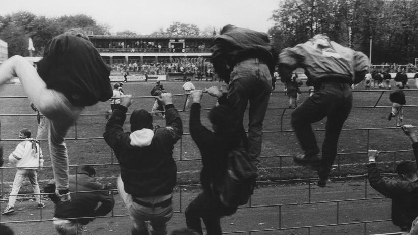 Hooligans in der DDR: BFC-Fans stürmen 1991 in Greifswald den Platz.
