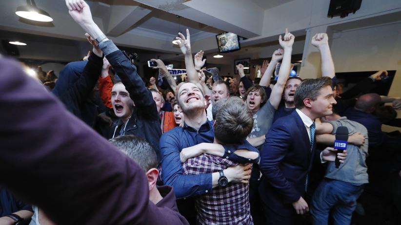 Feiernde Fans in einer Bar in Leicester