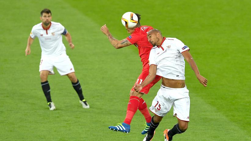 Luftkampf in Basel: Roberto Firmino vom FC Liverpool und Sevillas Steven N'Zonzi mühen sich um den Ball
