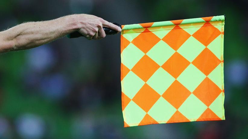 Der Linienrichter zeigt eine Abseitsstellung an.
