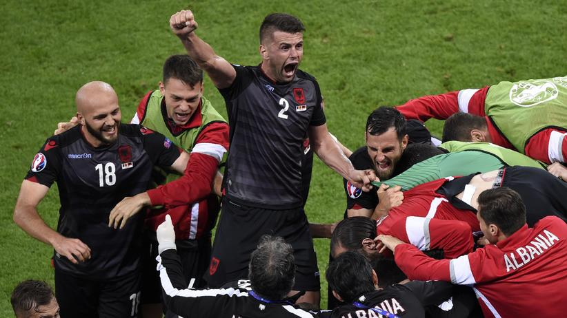 Albaniens Andi Lila feiert nach dem 1:0, dem ersten Tor für Albanien bei einer EM.