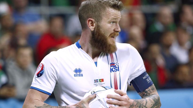 Portugal – Island: Sieht so ein Fußballzwerg aus? Islands Aron Gunnarsson.