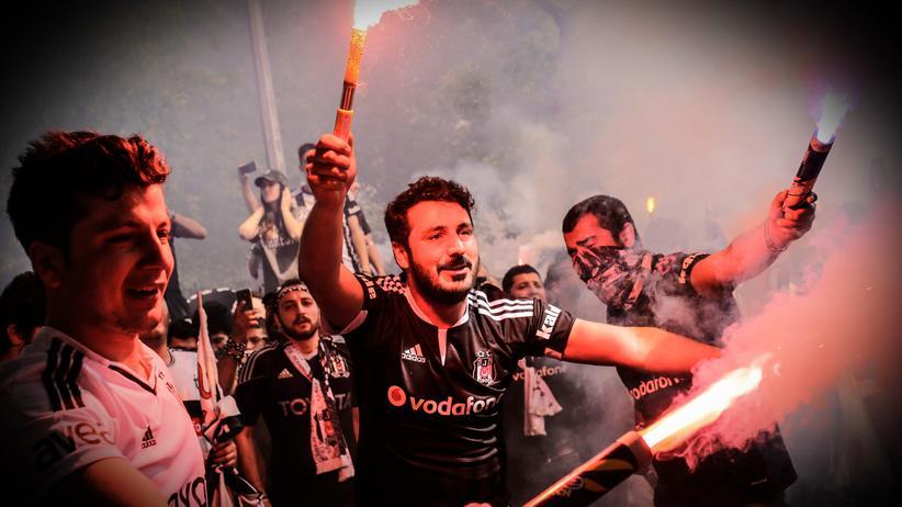 Fans von Beşiktaş haben gute Laune.