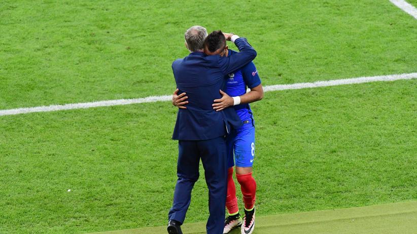 Dimitri Payet holt sich Lob von seinem Trainer Didier Deschamps.