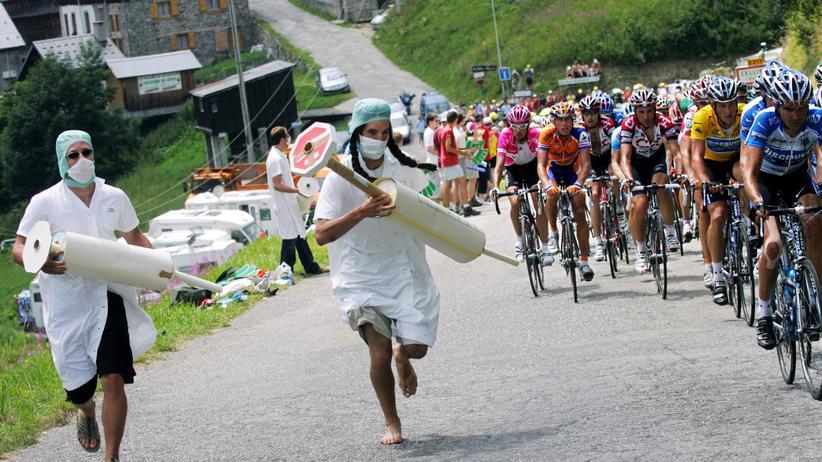 Radfahrer bei der Tour de France 2005 (rechts im Bild)
