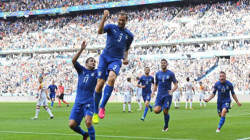 Dass der noch so hoch springen kann: Der 31-Jährige Giorgio Chiellini bejubelt sein Tor