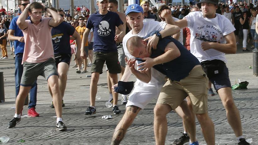 Hooligans: Vor dem England-Russland-Spiel in Marseille gerieten Hooligans beider Länder in der Innenstadt aneinander.