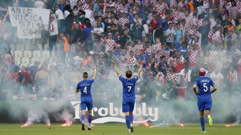 Die kroatischen Fans schmissen Pyrotechnik und Böller, das Spiel gegen Tschechien musste unterbrochen werden.