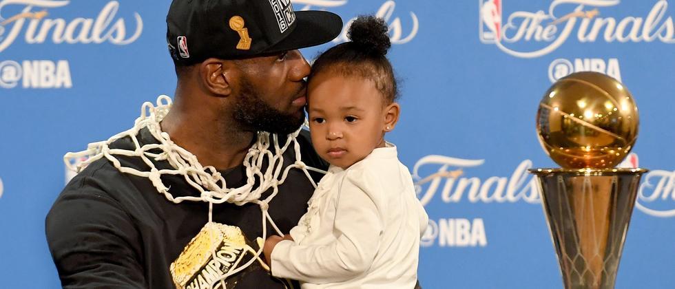 LeBron James nach dem entscheidenden Spiel mit Töchterchen Zhuri