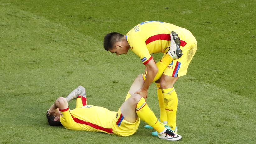 Rumänien – Schweiz: Rumäniens Bogdan Stancu verletzt – Teamkollege Ovidiu Hoban hilft.