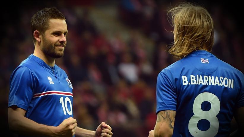 Gylfi Sigurdsson und Birkir Bjarnason freuen sich.