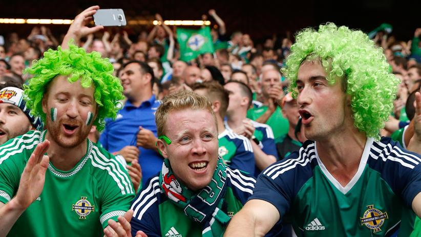 Nordirland – Deutschland: Fans von Nordirland und Detuschland beim EM-Gruppenspiel in Paris