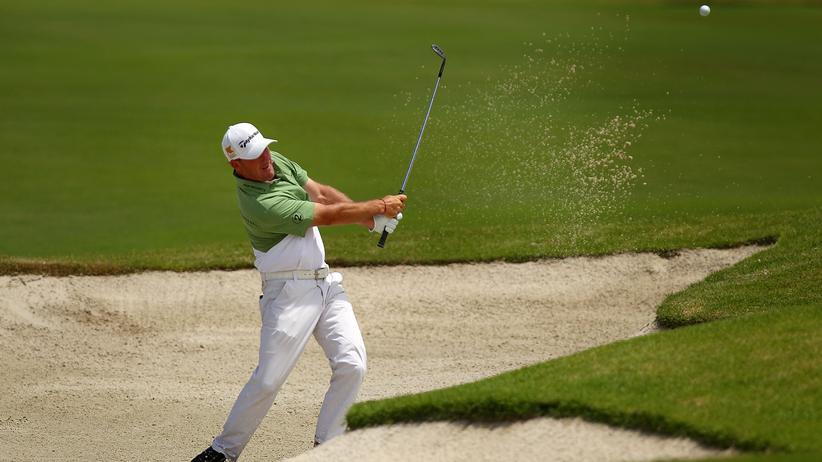 Der deutsche Golfprofi Alex Cejka bei einem Abschlag aus dem Sandbunker.