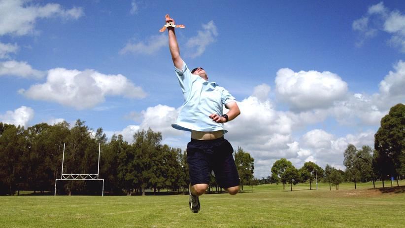 Bumerangwerfen erfordert gute Sprungkraft.
