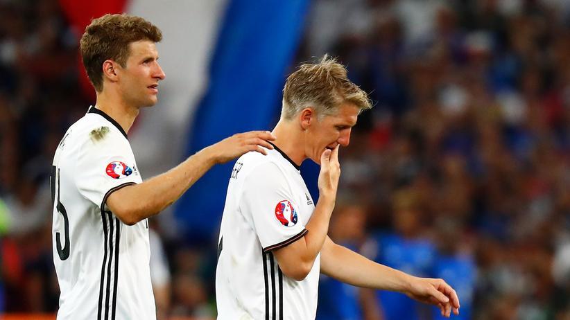 Deutsche Nationalmannschaft: Enttäuschte Verlierer: Bastian Schweinsteiger und Thomas Müller im Stadion in Marseille