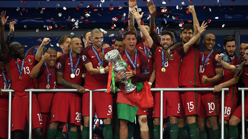 Verletzt ausgewechselt, aber am Ende der große Gewinner: Cristiano Ronaldo mit dem EM-Pokal.
