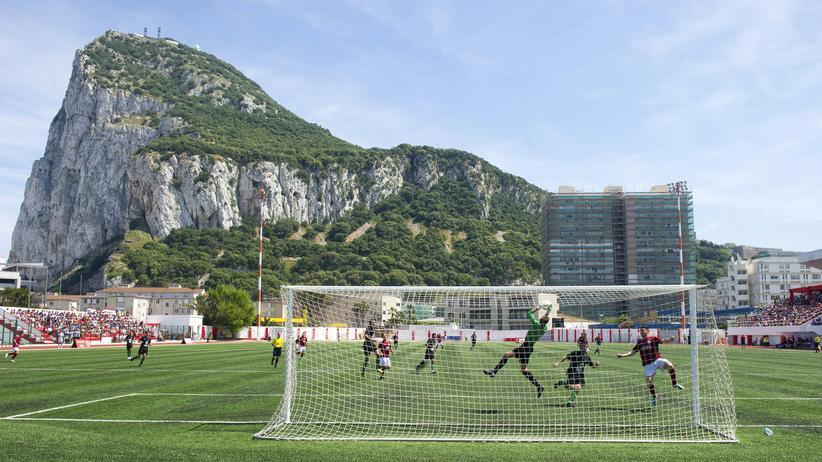 In Gibraltar spielt man Champions League vor traumhafter Bergkulisse.