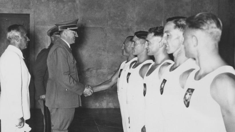 Adolf Hitler begrüßt am 14. August 1936 deutsche Turner und englische Ruderer in Berlin.