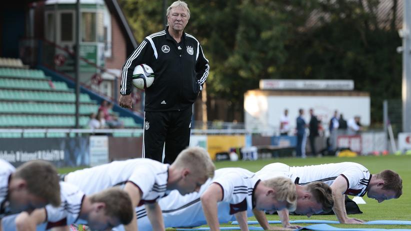 Als Trainer der deutschen U-21-Nationalmannschaft ist Horst Hrubesch Motivator für junge Profis.