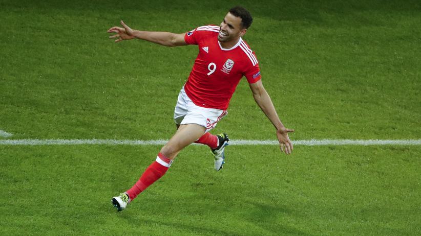 Wales – Belgien: Wales Robson-Kanu bejubelt sein Tor zum 2:1. So findet man vermutlich schnell einen neuen Arbeitgeber.