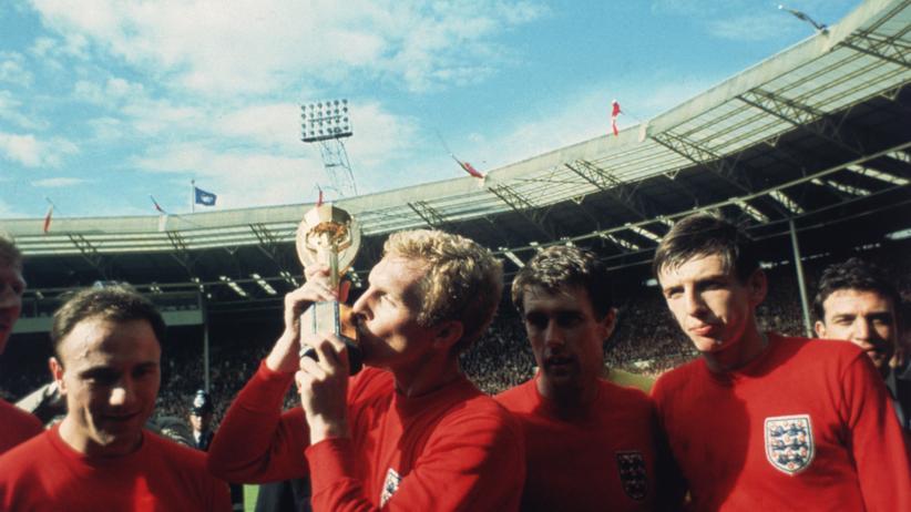 Doch ein verdienter Sieger: Englands Kapitän Bobby Moore küsst den WM-Pokal