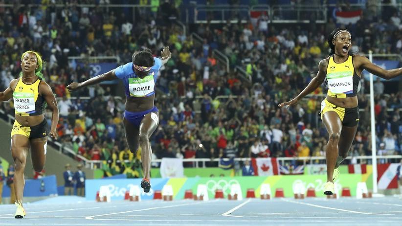 Olympische Spiele: Elaine Thompson überquert die Ziellinie beim 100-Meter-Finale der Frauen in Rio de Janeiro als erste vor Tori Bowie und Shelly-Ann Fraser-Pryce. ©Lucy Nicholson/Reuters ()