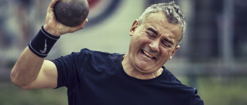 Ilija Trojanow beim Kugelstoßen