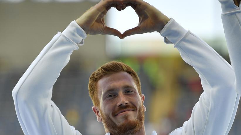 Olympia: Christoph Harting feiert den Gewinn seiner Goldmedaille.