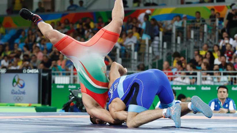 Der Iraner Saeid Morad Abdvali wird vom Serben Viktor Nemes auf den Boden geworfen.