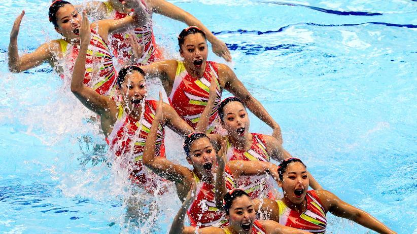 Japans Synchronschwimmerinnen präsentieren eine Choreografie im Teamwettbewerb.