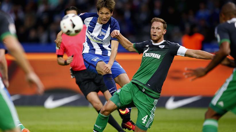 Bundesliga: Hertha-Spieler Genki Haraguchi fordert Benedikt Höwedes von Schalke 04 heraus.