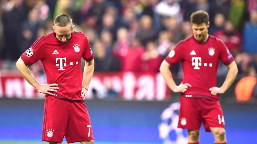 Amtsgericht München: Vereinsmitglieder des FC Bayern in ungewohnter Pose