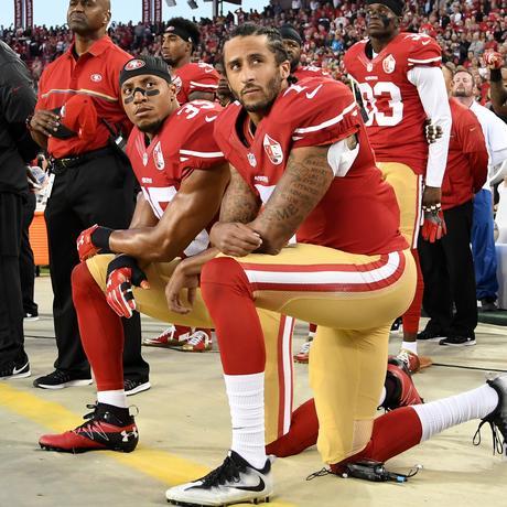 Die Footballspieler Colin Kaepernick und Eric Reid (links) während der US-Hymne.