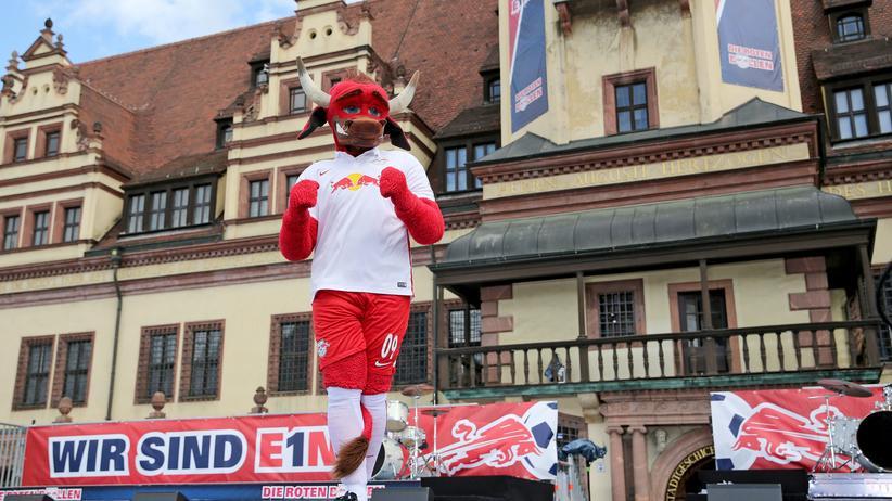 Das Maskottchen von Red Bull. Ein roter Bulle.
