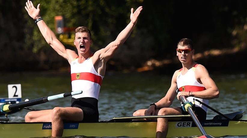 René Schmela und Olaf Roggensack feiern ihre Goldmedaille.