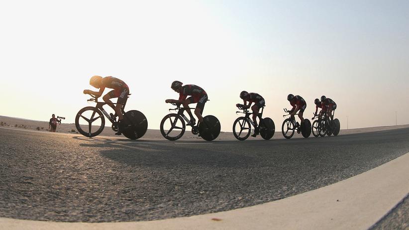 Das britische BMC-Team während des Mannschaftszeitfahren in Katar und alle Zuschauer in einem Bild.