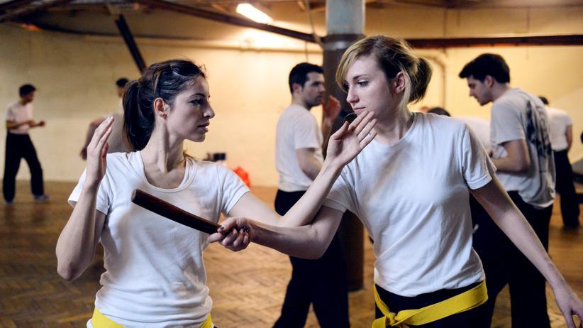 Zwei Frauen kämpfen während eines Krav Maga Trainings in Paris.